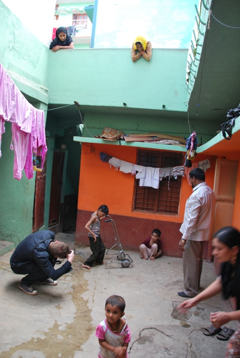 Photographer Simon Murphy at work in the slums of Bangalore. Photo: Danielle Batist
